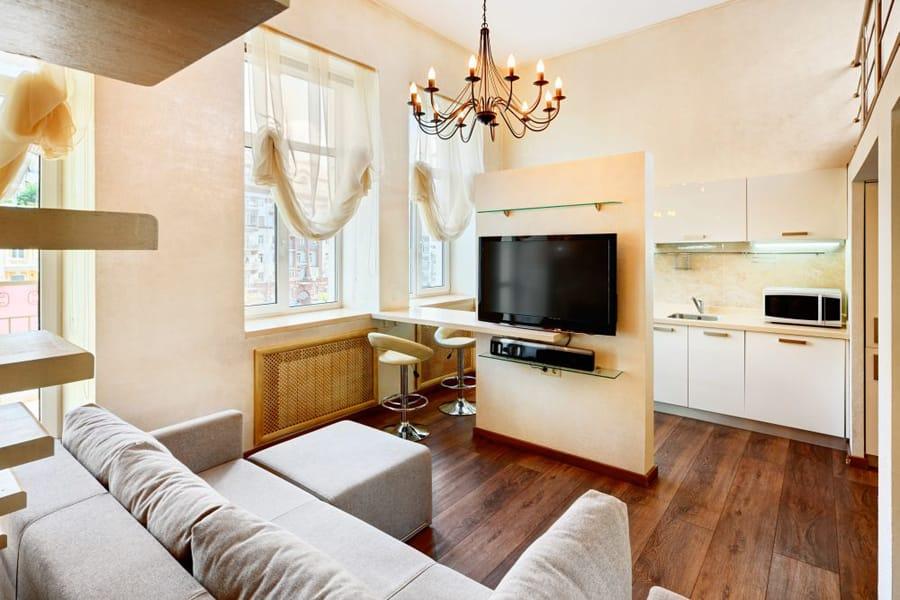 Дизайн кухни совмещенной с гостиной в деревянном доме фото